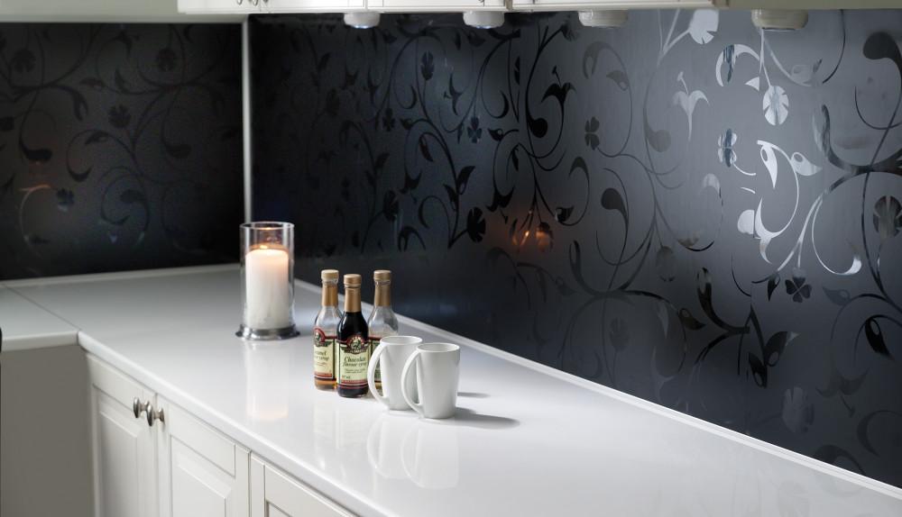 Hvitt kjøkken med dekor på veggen